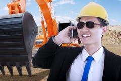 Contractant met graafwerktuig die op cellphone spreken Royalty-vrije Stock Afbeelding