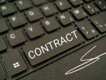 Contractbericht op computertoetsenbord Stock Fotografie