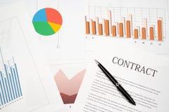 Contracten, grafieken, en grafieken op het bureau bedrijfsbureauconcept royalty-vrije stock fotografie