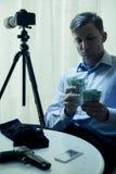 Contractmoordenaar die zijn salaris tellen Stock Foto's