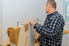 9Contractor que instala uma parte superior contrária nova de cozinha da estratificação imagens de stock