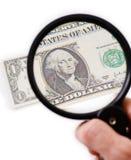 Contraffaccia il dollaro sul magnifier Fotografia Stock Libera da Diritti
