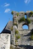 Contrail der oben genannten Ruine des Düsenflugzeugs mittelalterlichen Schlosses Celje in Slowenien Lizenzfreie Stockfotografie
