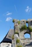 Contrail des Düsenflugzeugs über mittelalterlichem Schloss Celje in Slowenien Stockfotografie
