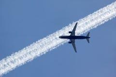 Contrail för Aeroflot flygbuss A320 VQ-BIT korsning nära Sheremetyevo Arkivfoto