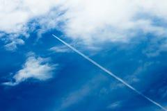Contrail i den blåa himlen royaltyfri bild