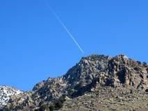 Contrail küsste Berg Stockbilder