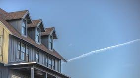 Contrail på den härliga himlen över hem i Utah royaltyfri bild