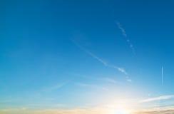 Contrail på solnedgången arkivfoton