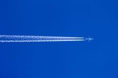 Contrails dei velivoli Fotografia Stock Libera da Diritti