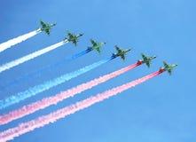 Contrails dos aviões com tricolor Fotografia de Stock Royalty Free