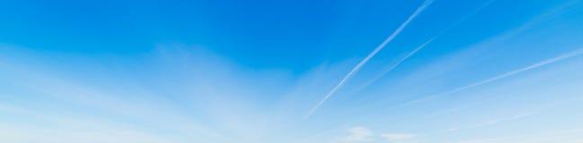 Contrails e céu azul fotografia de stock