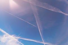 Contrails i blå himmel royaltyfri foto