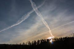 Contrails i den blåa himlen royaltyfri foto