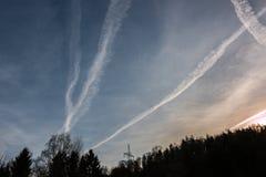 Contrails i den blåa himlen arkivbild