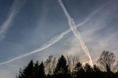 Contrails i den blåa himlen arkivbilder