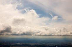 Contrails och moln på härlig blå himmel arkivfoto