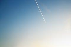 Contrails op Zonsondergang Duidelijke Hemel stock foto's