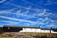 Contrails over Cobb ~ Lyme REGIS Royalty-vrije Stock Foto