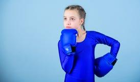 Contraire ? st?r?otyper Enfant de boxeur dans des gants de boxe Attitudes femelles de changement de boxeur dans le sport Hausse d photos stock