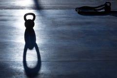Contraluz y sombra del peso de Crossfit Kettlebell Fotos de archivo libres de regalías