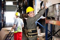 Contramestre With Coworker Working no armazém imagens de stock