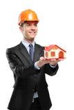 Contramestre de sorriso que prende uma casa modelo imagens de stock