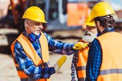 Contramestre que explica o processo do trabalho dos construtores no imagens de stock royalty free
