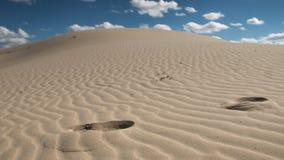Contrapicada av himlen i en öken och en dyn i förgrunden Royaltyfria Bilder