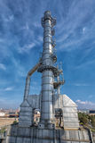 Contrapicada da torre do setor petroleiro foto de stock