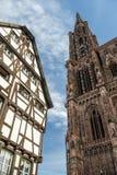 Contrapponga fra la cattedrale di Strasburgo e la vecchia casa medievale dentro Fotografia Stock Libera da Diritti