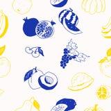 Contrapposizione degli scarabocchi gialli e blu di frutti sul modello bianco illustrazione di stock