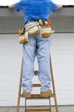 Contraqctor het inspecteren dak Stock Fotografie
