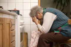 Contrariété de dame âgée par la cuisson Image libre de droits