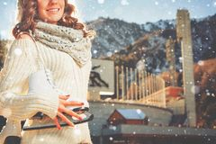 Contrario de la muchacha del adolescente de la pista de patinaje de hielo, al aire libre Actividades del invierno Fotografía de archivo libre de regalías