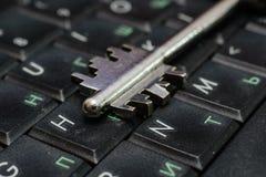 Contraseña del ordenador como llave a la cerradura Imagenes de archivo