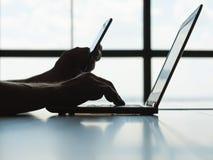 Contraseña en línea del teléfono móvil de la autorización de pago fotos de archivo libres de regalías