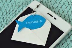 Contraseña escrita en una nota de papel en la forma de un pescado atado a un gancho en un sobre y un teléfono móvil - phishing y  foto de archivo