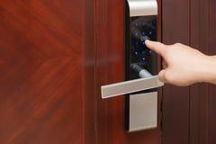 Contraseñas de Inputing en una puerta electrónica Fotografía de archivo