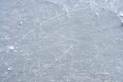 Contrassegni del pattino sulla superficie di una pista di pattinaggio di ghiaccio esterna Fotografie Stock