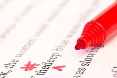 Contrassegni di correzione delle bozze e primo piano rossi della penna Fotografie Stock