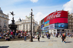 Contrassegno al neon e la gente del circo famoso di Piccadilly a Londra Fotografia Stock