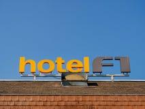 Contrassegno di formula 1 dell'hotel sul tetto di un hotel economico Immagini Stock Libere da Diritti