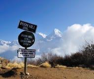 Contrassegno di informazioni di Poon Hills con Annapurna Mountain View come fondo Fotografia Stock