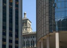 Contrast tussen moderne en oude architectuur Stock Foto's