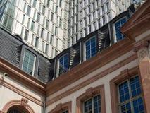 Contrast van oude en moderne architectuur in Frankfurt, Duitsland Stock Foto