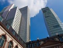 Contrast van oude en moderne architectuur in Frankfurt, Duitsland Royalty-vrije Stock Fotografie