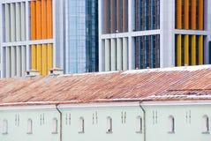 Contrast van oude en nieuwe architectuur Stock Foto's