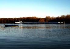 Contrastando barcos pequenos e grandes no Danúbio Fotografia de Stock Royalty Free