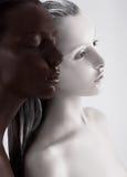 Contraste Bodyart. Blanco y negro pintados mujeres étnicas. Meditación foto de archivo